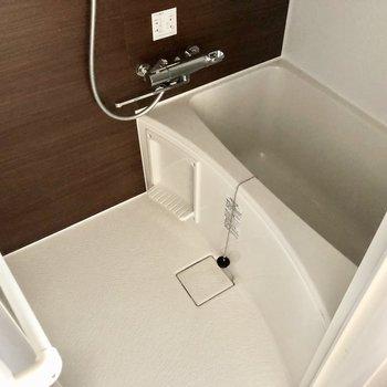 ホテルライクなバスルーム。サーモ水栓で温度調整も楽々です。