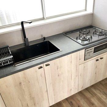キッチンも黒×木目でハイセンス!3口コンロでグリル付き。