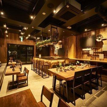 【共用部】カフェもウッディーな空間に。居心地が良さそうですね。