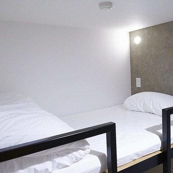 こちらは2段ベッドの上部です。照明の光が直接に目に入らないよう壁に設置されています。