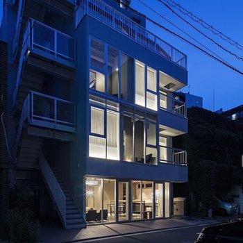 窓が多く、開放的な外観。グッドなデザインですね。