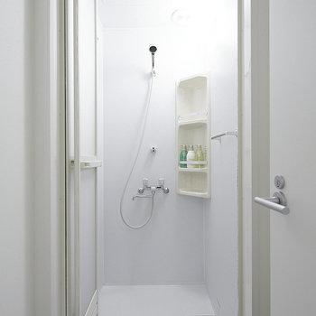 【共用部】シャワールームです。1階にありますよ。