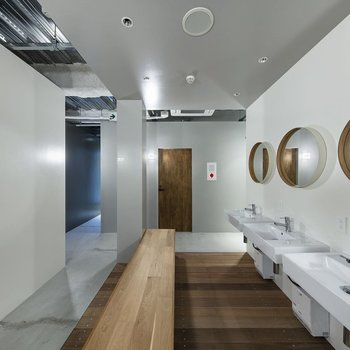【共用部】洗面所。丸い鏡が可愛らしいですね。