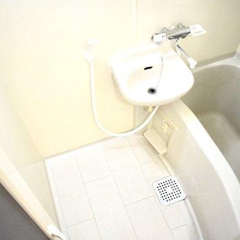 洗面台とお風呂は同じスペースに。