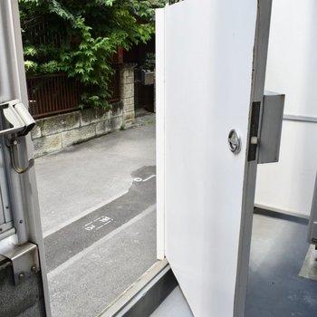 バルコニーのドアから外に出られます。