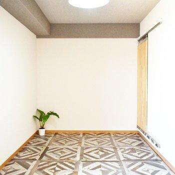 グレーの天井とカフェのような床が似合っています。