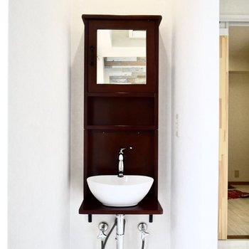 洗面台は居室内に。アンティークな感じ、可愛い・・