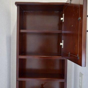 鏡部分は扉になっていて、開けると収納スペースが出てきます。