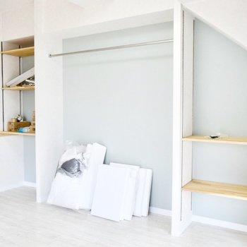 ラムネ色と木調が似合う収納スペース。