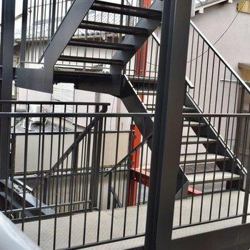 エレベーターはないので階段で3階まで。