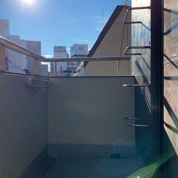バルコニーはとにかく日当たりが良く、お洗濯もすぐ乾きそう◯