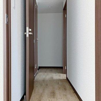 続いて廊下へ。右が洋室で、左がサニタリーです。