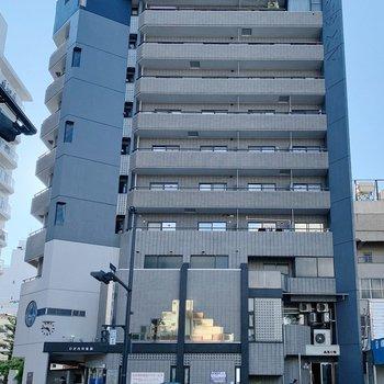 お部屋は大通り沿いに。10階建ての4階にあります。