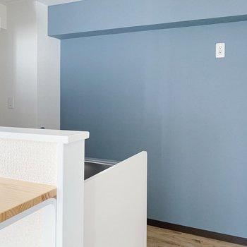 【リビング10.3帖】キッチンには水色のアクセントクロスが!