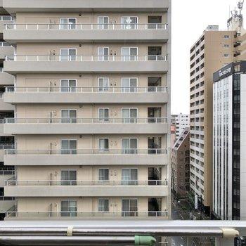 目の前にはマンションが立ち並びます。
