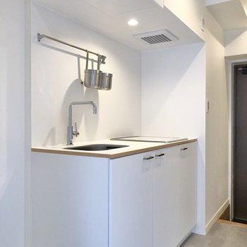 キッチンは清潔感のある純白。
