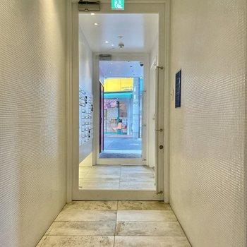 【共用部】エントランスは壁がタイル張りでスッキリいい気分。