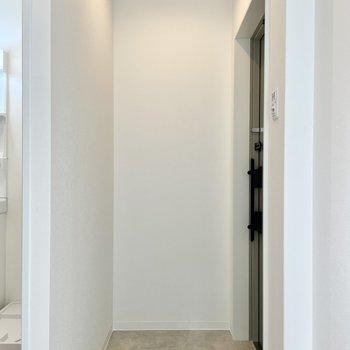 玄関はかがんで靴を履ける広さ。