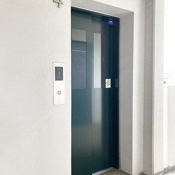 お部屋まではエレベーターを使ってくださいね。
