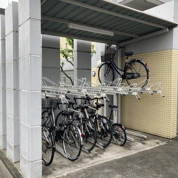 屋根付きの駐輪場と、