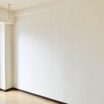 壁はスッキリとしています。家具の配置がしやすいですね。