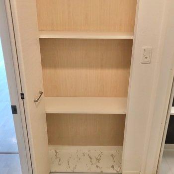 お風呂の横の収納には、ストック類をすっきり保管できます。(※写真は8階の同間取り別部屋のものです)
