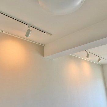 淡い色のアクセントクロスとスポットライトがおしゃれです。(※写真は8階の同間取り別部屋のものです)