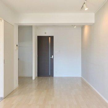 キッチンはリビング手間の一角に。個室感があります。(※写真は8階の同間取り別部屋のものです)