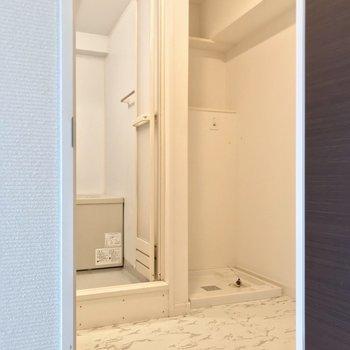 ゆったりめの脱衣所。洗濯機置場上の棚が便利です。(※写真は8階の同間取り別部屋のものです)