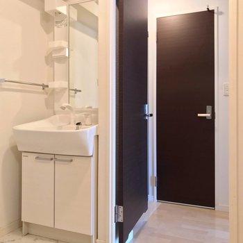 独立洗面台もありますよ。(※写真は8階の同間取り別部屋のものです)
