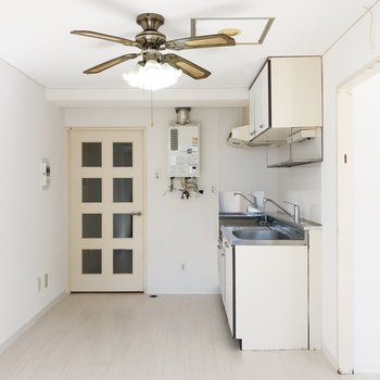 【LD】インテリアにファンライトと同じ色味のものを使って、レトロな雰囲気のあるお部屋に。
