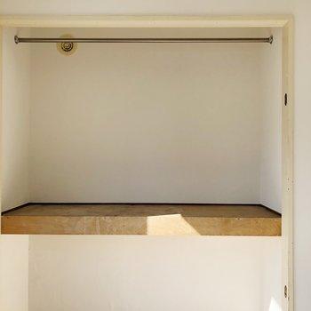 【洋室】上段にはアウターなどのお洋服の収納として、下段はシーズンオフの家電などを入れると◎