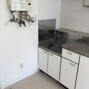 コンロの前に洗濯機を置ける場所があります。