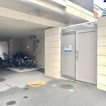 駐輪場、敷地内にゴミ置き場あります。