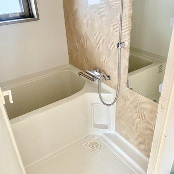 お風呂は小窓付きなので換気しっかり◎ (※写真は5階の同間取り別部屋のものです)