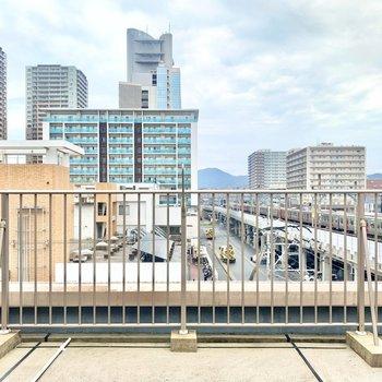 窓の外はきれいな街並み。過ぎゆく電車の景色も好きだなあ。(※写真は5階の別部屋の眺望です)