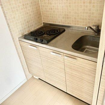 こぢんまりとしたキッチンだけど、2口コンロ。クロスもかわいいのです。 (※写真は5階の同間取り別部屋のものです)