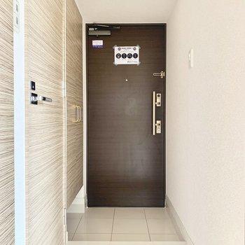 ブラウンのスタイリッシュな玄関。 (※写真は5階の同間取り別部屋のものです)