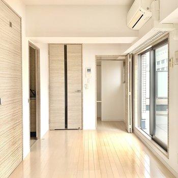 玄関入って、縦長に使えるお部屋です。 (※写真は5階の同間取り別部屋のものです)