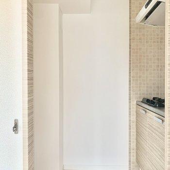 こちらはキッチンコーナー。冷蔵庫やゴミ箱は左側に。 (※写真は5階の同間取り別部屋のものです)