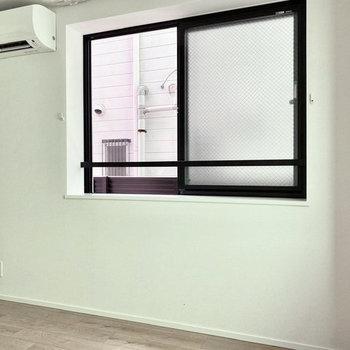 【洋室】窓際にベッドを置いて。