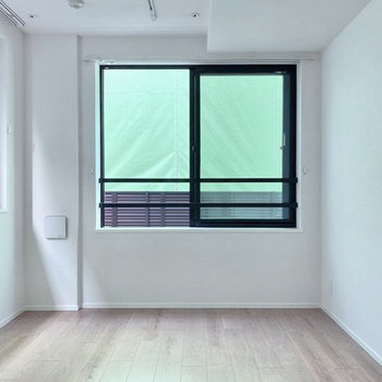 【洋室】こちらは2面採光の空間です。※お隣は工事中です