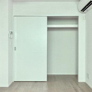 【洋室】クローゼットは横幅があり、シーズンの洋服をたっぷり掛けられます。