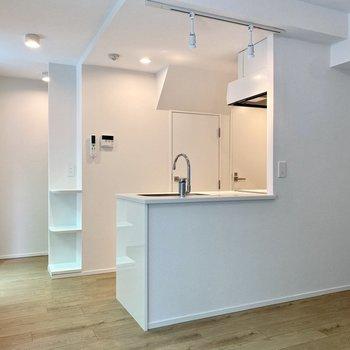 【LDK】対面キッチンで壁が少なく、開放感がありますね。