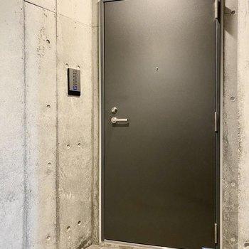 玄関前共用部。まるで秘密基地の入り口みたいですね。