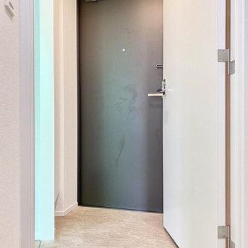 玄関。ホワイトの空間にメリハリをのある色合い。