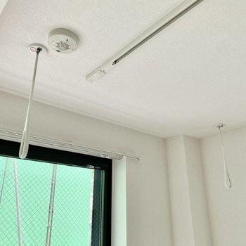 【洋室】室内物干しがあり、雨の日のお洗濯も安心です。※お隣は工事中です。