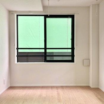 【洋室】こちらも2面採光の空間です。※お隣は工事中です。