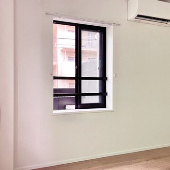 【洋室】こちらの窓は通りに面していますよ。