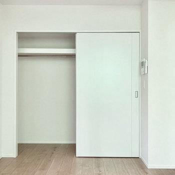 【洋室】クローゼットは横幅があり、ハンガーに掛けての収納に便利です。